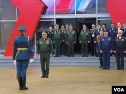 兩個星期前在莫斯科郊外一個武器展開幕式上,國防部長紹伊古(前排中)和其他俄軍高級軍官。