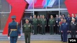 两个星期前在莫斯科郊外一个武器展开幕式上,国防部长绍伊古(前排中)和其他俄军高级军官。