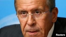 Sergei Lavrov habla sobre su propuesta con los periodistas en Moscú.
