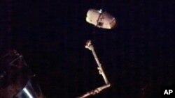 Грузовой космический корабль компании SpaceX отстыковался от МКС. 26 марта 2013 г. Фото предоставлено НАСА