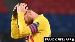 Lionel Messi, mosani monene ya FC Barcelone asimbi motu na match moko ya UEFA, 16e de finale, na Paris Saint-Germain, na Paris. France, 10 mars 2021.