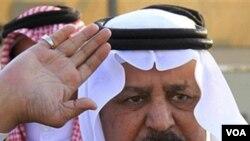 El ministro del Interior, Nayef bin Abdul Aziz al-Saud, reunido con las fuerzas especiales militares de Arabia Saudita.