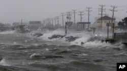 Badai tropis Hermine melewati daerah Outer Banks, di negara bagian North Carolina, Sabtu (3/9).