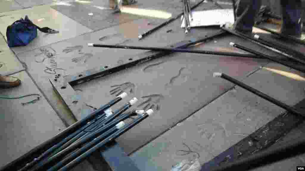 被拆散的牢笼散布在明星的手印脚印水泥地板上(美国之音国符拍摄)