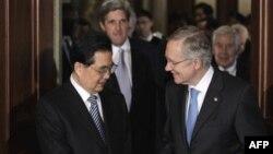 Председатель КНР Ху Цзиньтао (слева) и лидер сенатского большинства Гарри Рид . Во втором ряду – стоят сенаторы Джон Керри (слева) и Ричард Лугар. Вашингтон. 20 января 2011 года