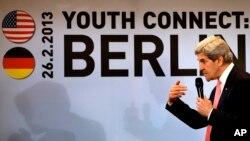 John Kerry Berlin'de düzenlenen Amerikan-Alman Gençlik Bağlantısı toplantısında konuşurken