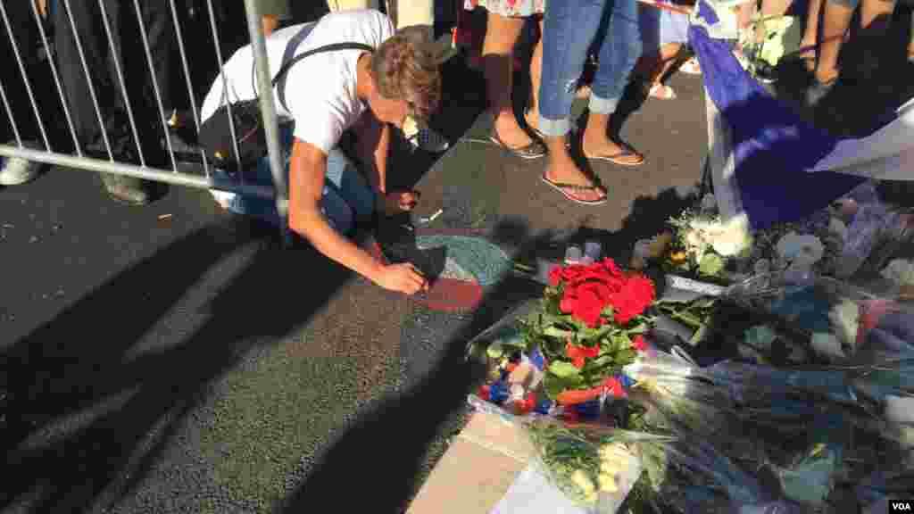کشیدن پرچم فرانسه به شکل قلب روی زمین. فرانسه چندمین بار است که داغدار حملات تروریستی میشود