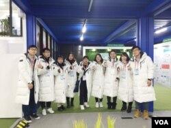 2018 평창동계올림픽에서 통역으로 활동하는 중국인 봉사자들.