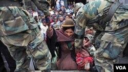 El gobierno colocó camiones militares para tratar de resolver la falta de transporte determinada por la huelga de choferes.
