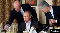 Ông Evgeny Prigozhin (trái) bên cạnh ông Vladimir Putin (giữa) khi ông Putin đang giữ chức Thủ tướng Nga vào năm 2011.