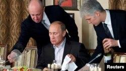 Tổng thống Vladimir Putin (ngồi) trong một bữa tiệc tối cùng các nhà báo và học giả nước ngoài ở Moscow ngày 11/11/2011.