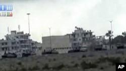 叙利亚的军车8月13日在拉塔基亚附近的公路上