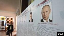 Papan profil calon presiden Rusia, diantaranya adalah Perdana Menteri Vladimir Putin, ditampilkan di TPS dekat Stavropol (3/2).