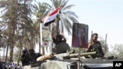 마을을 수색하는 시리아 보안군