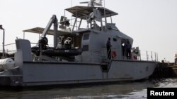 Les garde-côtes nigérian, dans l'État de Bayelsa, au Nigeria, le 18 décembre 2013.