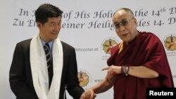 PM Tibet di pengasingan, Lobsang Sangay (kiri) bersama Dalai Lama (foto: dok).