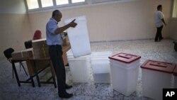 Seorang petugas pemilu Libya sedang mempersiapkan penyelenggaraan pemilu di salah satu TPS di Tripoli (6/7).