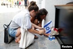 ການຈຸດທູບທຽນໄວ້ອາໄລ ຕໍ່ພວກທີ່ໄດ້ຮັບເຄາະຈາກການໂຈມຕີຂອງປາແລສໄຕນ໌ ໃນນະຄອນ Tel Aviv, 9 ມິຸຖນາ, 2016.