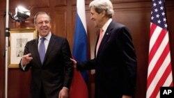 ທ່ານ John Kerry ລັດຖະມົນຕີກະຊວງການຕ່າງປະເທດສະຫະລັດ ແລະທ່ານ Sergei Lavrov ລັດຖະມົນຕີການຕ່າງປະເທດຣັດເຊຍ ໄດ້ພົບປະກັນຢ່າງຍືດຍາວໃນວັນອັງຄານ ທີ 26 ກຸມພາ 2013 ຢູ່ນະຄອນເບີລິນ