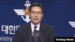 13일 한국 국방부 정례브리핑에서 북한 전역을 타격할 수 있는 사거리 500~1천㎞의 함대지 미사일을 실전배치했다고 발표하는 김민석 국방부 대변인.