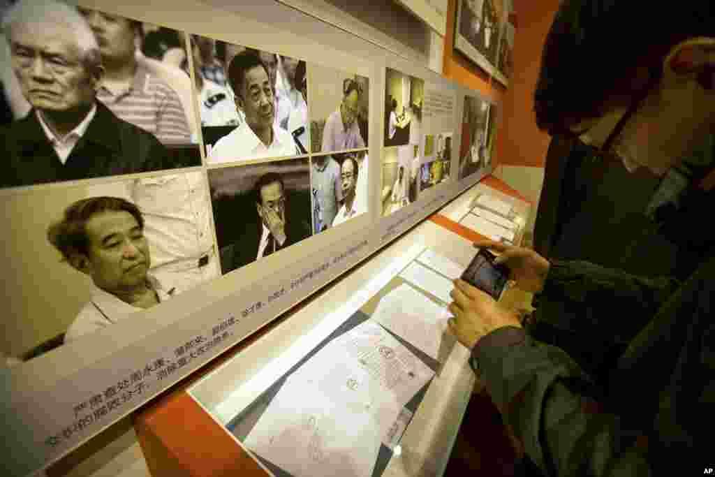 在中共十九大之前,在北京的《砥砺奋进的五年》大型成就展里,展示了被查处的腐败高官的照片,还说这排除了政治隐患。 其中有周永康,薄熙来、郭伯雄、徐才厚、孙政才和令计划(2017年9月28日)。其中郭伯雄和徐才厚在退役前是上将。新京报报道说,房峰辉涉徐才厚、郭伯雄案。