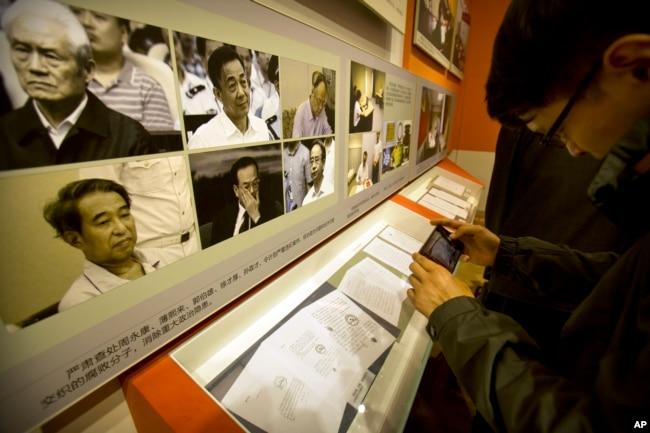 在中共十九大之前,在北京的《砥砺奋进的五年》大型成就展里,展示了被查处的腐败高官的照片,还说这排除了政治隐患。 其中有周永康,薄熙来、郭伯雄、徐才厚、孙政才和令计划(2017年9月28日)。