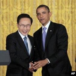 南韓總統李明博(左) 與美國總統奧巴馬(右) 去年10月在華盛頓舉行聯合記者會後握手