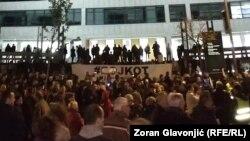 """Okupljeni na 50. antivladinom protestu """"Jedan od pet miliona"""", ispred Palate pravde, u Beogradu, 16. novembra 2019. (Foto: Zoran Glavonić, Radio Slobodna Evropa)"""