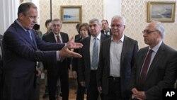 Ngoại trưởng Nga Sergey Lavrov, trái, chào đón các lãnh tụ đối lập Syria tại Moscow, Nga, 11/7/2012