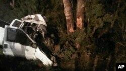 Sebuah truk menabrak pohon di Goliad County, Texas, Minggu (22/7). 11 orang dikabarkan tewas dan 12 orang terluka dalam musibah tersebut.