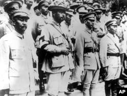 1928年國軍四位將領在北京的孫中山墓前。前排左起:閻錫山、馮玉祥、蔣介石、白 崇禧(白先勇之父)