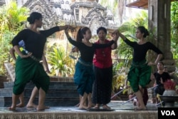 Sophiline Art Ensemble performers are rehearsing the scene in Pamina Devi on May 12th 2015. (Nov Povleakhena/VOA Khmer)