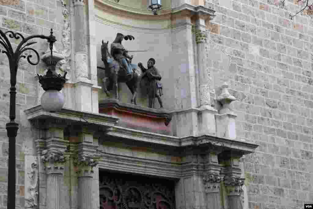 نمایی از یک مجسمه قدیمی در یک کلیسا در شهر والنسیا
