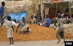 Anak-anak pengungsi bermain di sebuah kamp sebelah utara Khartoum, Sudan.