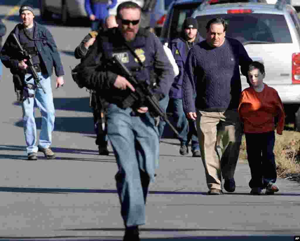 14일 총기난사 사건이 발생한 코네티컷주 뉴타운의 샌디훅 초등학교에서 학생과 학부형들.