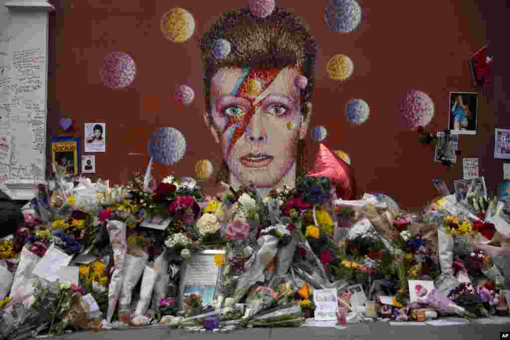 ផ្កា និងសាររំលឹកវិញ្ញាណក្ខន្ធត្រូវបានដាក់ជុំវិញរូបតារាចម្រៀង David Bowie ដោយសិល្បករ Jimmy C នៅក្រុង Brixton ភាគខាងត្បូងក្រុងឡុងដិ៍។ លោក Bowie វ័យ៦៩ឆ្នាំ បានស្លាប់ដោយសារជំងឺមហារីកនៅថ្ងៃទី១០ ខែមករា។