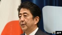 Perdana Menteri Jepang Shinzo Abe dalam pidato peringatan perang di Tokyo (14/8). (AFP/Toru Yamanaka)