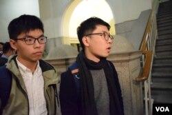 香港眾志主席羅冠聰(右)與秘書長黃之鋒。(美國之音湯惠芸攝)