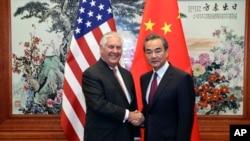 美国国务卿蒂勒森(左)与中国外交部长王毅(右)在人民大会堂会面前握手。(2017年9月30日)
