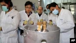 Các thanh sát viên của IAEA và kỹ sư Iran tại cơ sở hạt nhân Natanz, cách thủ đô Tehran 322 km hồi đầu năm ngoái. Tehran đồng ý ngưng các hoạt động làm giàu uranium và chịu thanh sát để đổi lấy việc rút lại các chế tài.