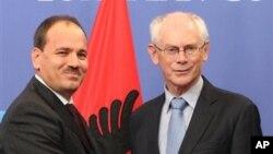 지난달 17일 벨기에 브뤼셀의 유럽의회에서 회담안 부자르 니샤니 알바니아 대통령(왼쪽)과 헤르만 반 롬푀이 유럽의회 의장. (자료 사진)