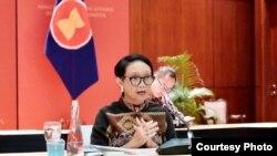 Menteri Luar Negeri Retno Marsudi dalam jumpa pers secara virtual dari kantornya di Jakarta, Kamis (9/4). (Foto courtesy: Kementerian Luar Negeri)
