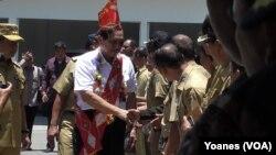 Menkopolhukam Luhut Binsar Pandjaitan dalam kunjungan kerja di Poso disambut para Pegawai Negeri Sipil Pemda Poso (Foto: VOA/Yoanes).