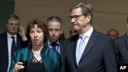 """AB Yüksek Temsilcisi Catherine Ashton, İran'la müzakereler konusunda iyimser bir tablo çizmeye çalışırken Alman Dışişleri Bakanı Guido Westerwelle daha karamsar bir yaklaşım sergileyerek, """"İran zamana oynamaya devam ediyor"""" dedi."""