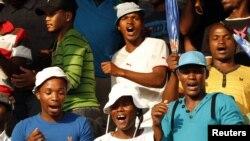 Para buruh pekerja tambang Lonmin Marikana meluapkan kegembiraan mereka dengan bersorak-sorai dan menari-nari di luar area pertambangan saat diumumkannya kesepakatan kenaikan gaji sebesar 22 persen (18/9).