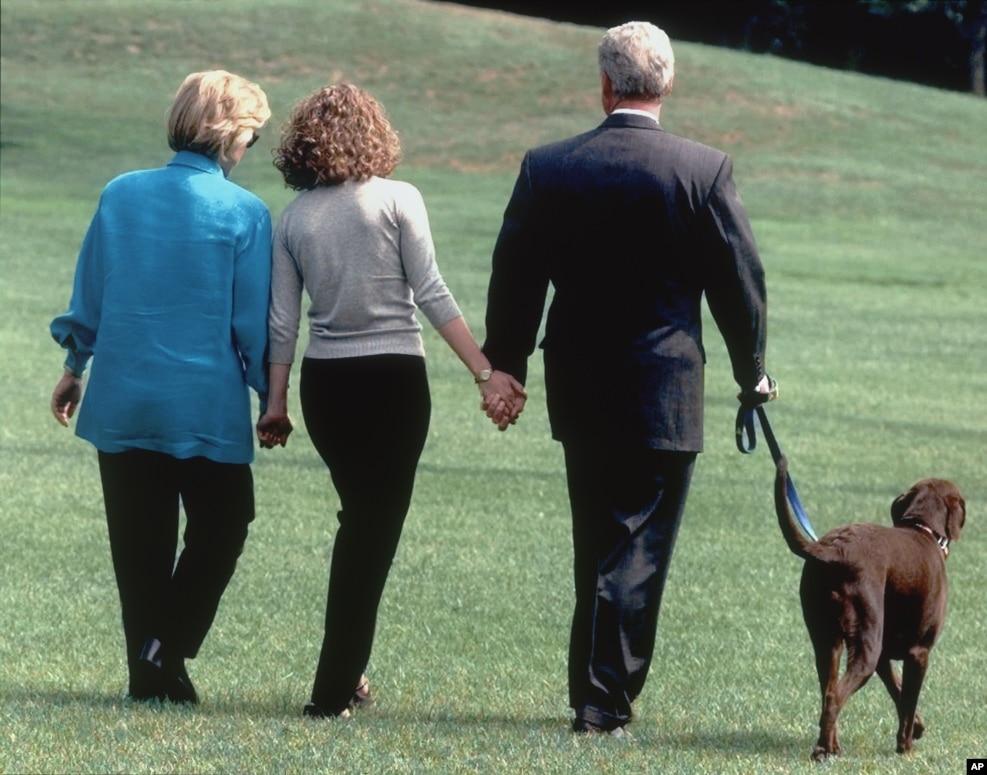 1998年8月18日,在克林顿丑闻声中,在克林顿夫妇人生的低潮时刻,女儿拉着父母的手,走向直升机,准备到外地度假
