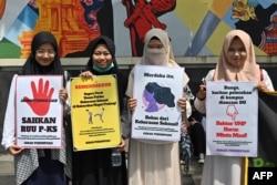 Para aktivis gerakan anti-kekerasan terhadap perempuan menggelar unjuk rasa memprotes kekerasan dan pelecehan seksual terhadap perempuan di kampus, di luar Kementerian Pendidikan dan Kebudayaan, di Jakarta, 10 Februari 2020. (Foto: AFP)