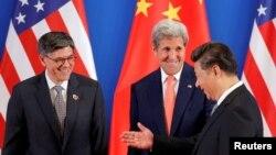 제8차 미-중 전략경제대화 참석차 베이징을 방문한 미국의 존 케리 국무장관(가운데)와 잭 루 재무장관(왼쪽)이 6일 개막식에서 시진핑 중국 국가주석과 악수하고 있다.