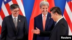 中國國家主席習近平(右)在第八屆美中戰略及經濟對話和美國國務卿克里(中)及美國財長傑克·盧會面(2016年6月6日)