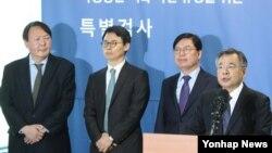 南韓獨立檢察組檢察官朴英洙(右), 星期一公佈的調查結果顯示,朴槿惠總統的涉嫌犯罪增加到13項。